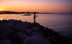 Pêche au lever du jour sur un spot rocheux