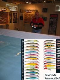 Robert Menquet, guide de pêche, fait des démonstrations de pêche sur le stand Ragot