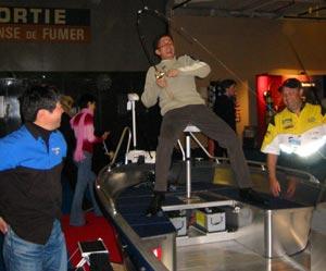 Un trio sympathique autour du simulateur de pêche : Hiroshi Takahashi (Illex), Bertrand Gaujé (organisation du village pêche) et Patrick Farrié (Sama Fishing)